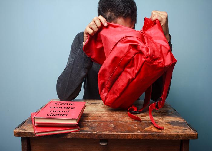 studente cerca dentro uno zaino