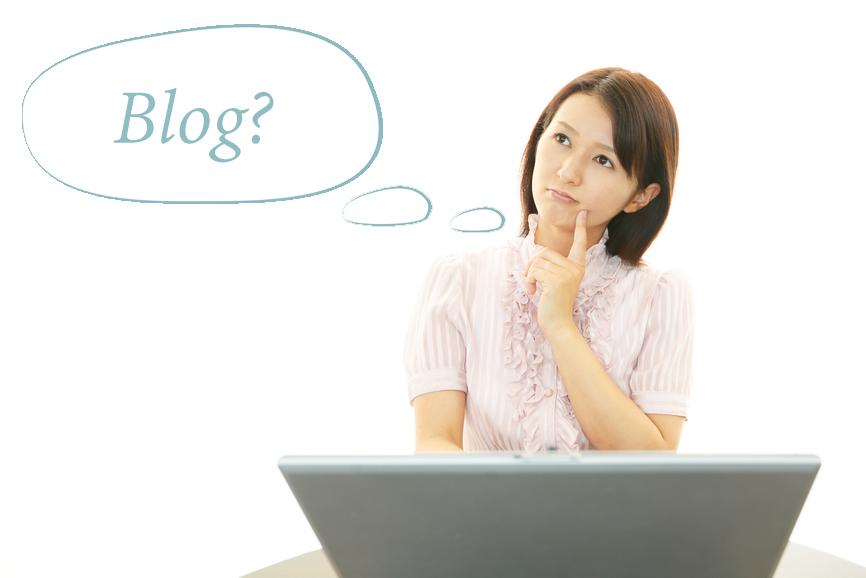 donna che pensa ad un blog