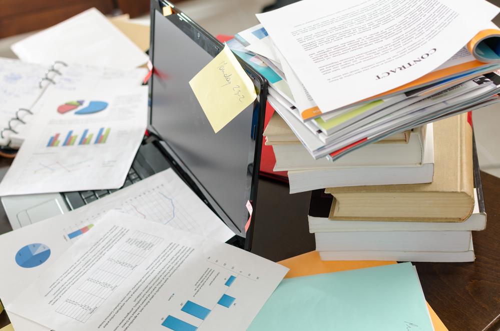 Ufficio e scrivania in disordine